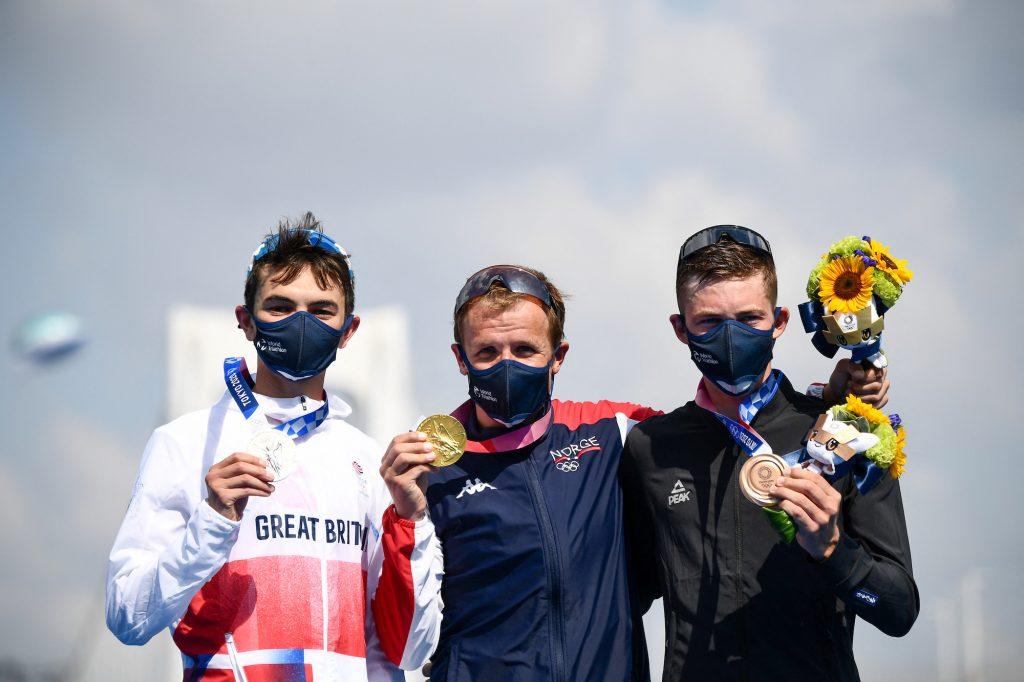 Gold medalist Norway's Kristian Blummenfelt (C), silver medalist Britain's Alex Yee (L) and bronze medallist New Zealand's Hayden Wilde