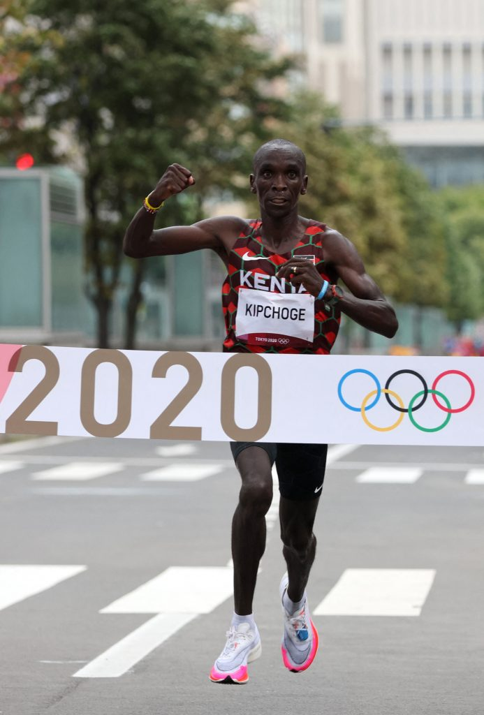 Eliud Kipchoge becomes only the third man to win consecutive marathon titles